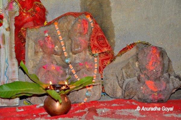 कालिदास नाट्यशाला के पास प्राचीन प्रतिमाएं