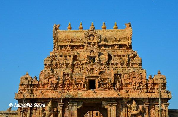 बृहदिश्वर मंदिर का गोपुरम अर्थात प्रवेश द्वार