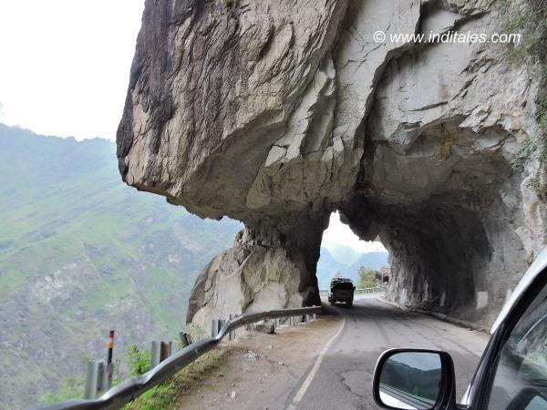 पहाड़ों को चीर कर निकलती सड़कें - हिमाचल यात्रा