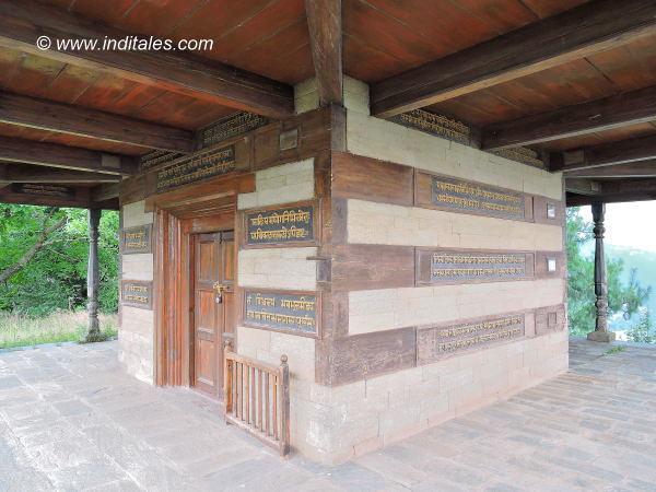 परमज्योति मंदिर की दीवारों पर संस्कृत श्लोक