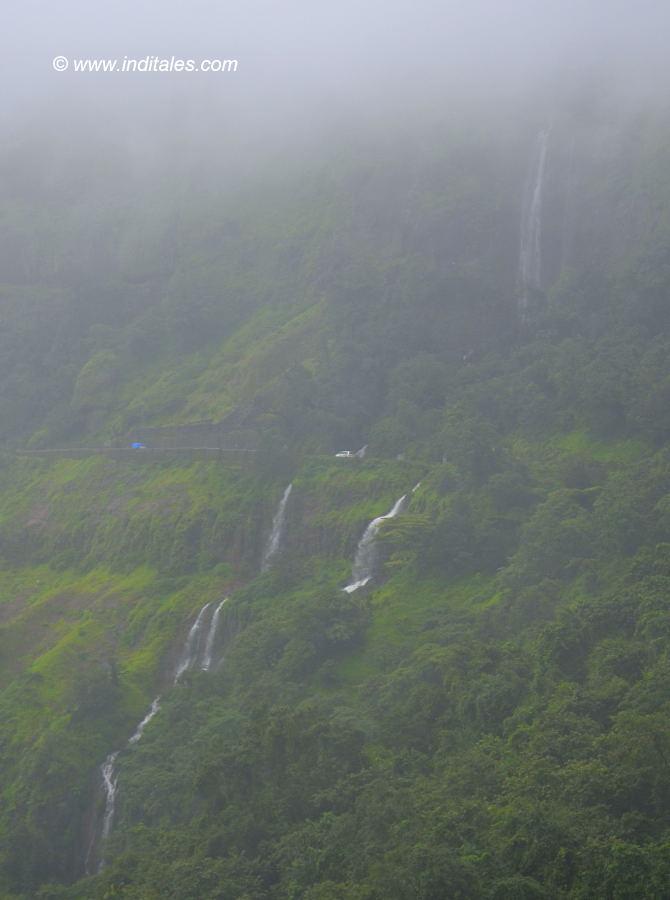 दूर से अम्बोली घाट के झरनों का दृश्य