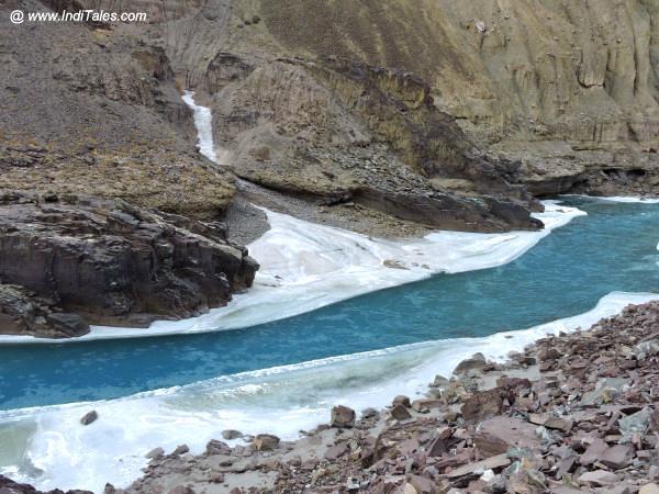 आधी जमी जान्स्कर नदी