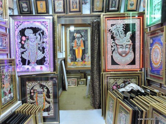 नाथद्वारा की गलियों में श्रीनाथ जी के चित्र