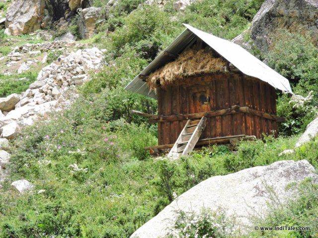 पत्थर और लड़की से बना हिमाचली घर - सांगला घटी, हिमाचल प्रदेश