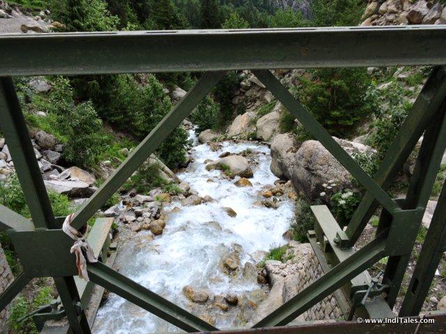 पुल से नदी का दृश्य