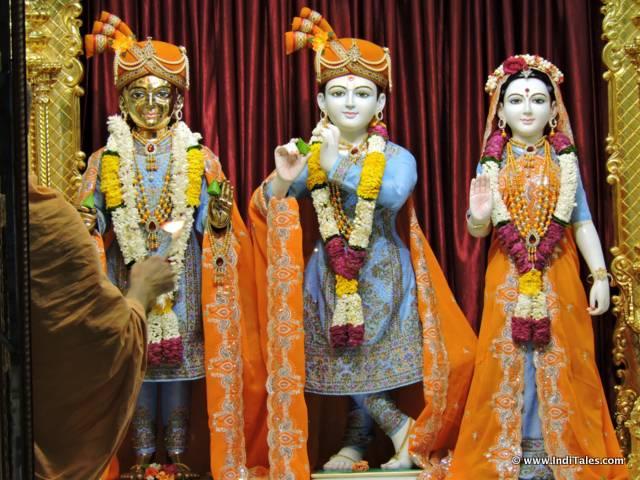 स्वामीनारायण मंदिर में भगवान् राम, लक्ष्मण एवं देवी सीता की प्रतिमाएं