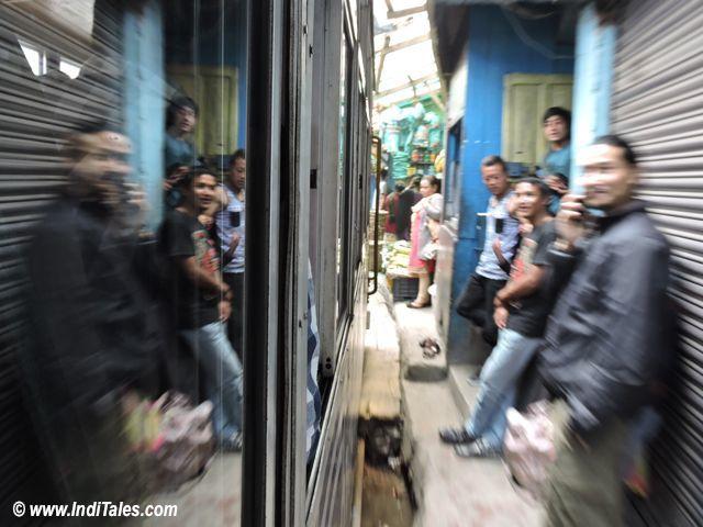 शहर को धकेलती हुई गुज़रती दार्जिलिंग हिमालय रेल