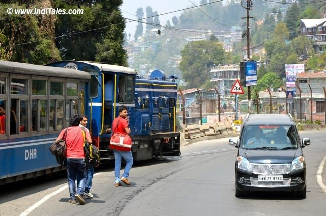 एक ही सड़क - रेल, पैदल और गाडी के लिए