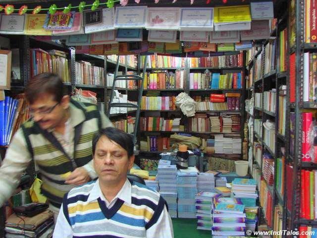 नयी सड़क - किताबों की दुकानें