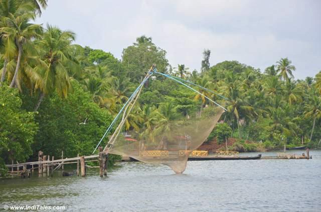 मछली पकड़ने के चीनी जाल - अष्टमुडी झील - केरल