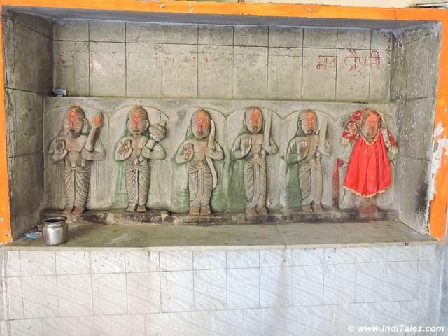 पांडव और द्रौपदी - शिवपुर पड़ाव मंदिर में