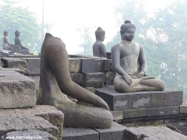 भगवान् बुद्ध की प्रतिमाएं बोरोबुदुर की दीवारों पर