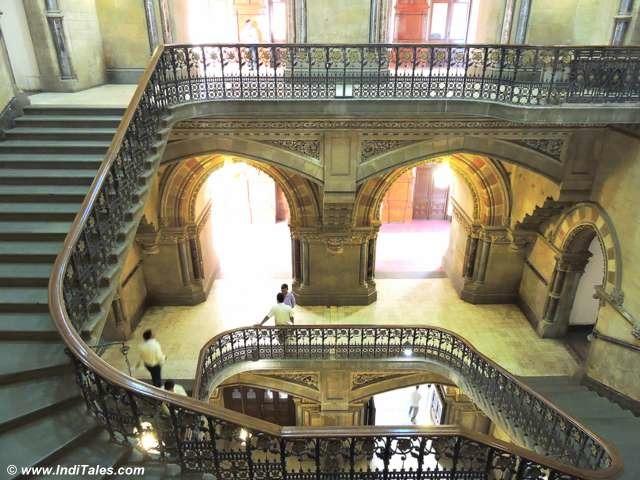 घुमावदार सीढियां - छत्रपति शिवाजी टर्मिनस - मुंबई
