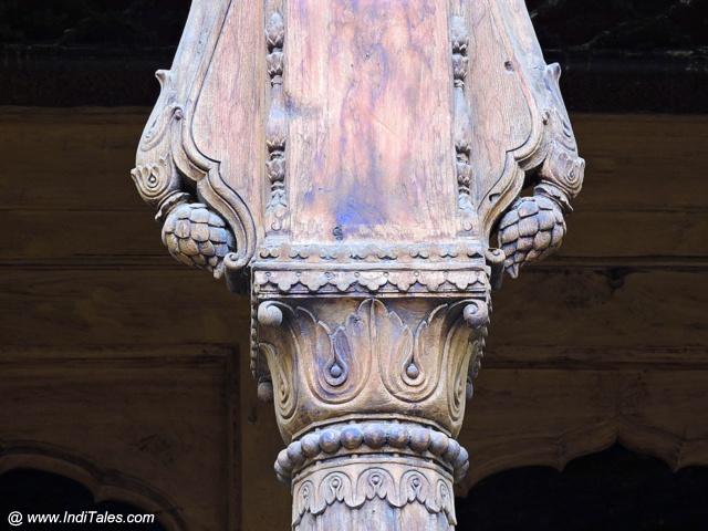 लकड़ी पे केले के फूल - पेशवा वास्तुकला की पहचान