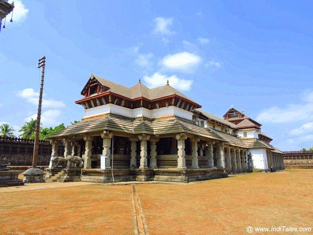 मूडबिद्री का सबसे प्रसिद्द - १००० स्तम्भ मंदिर - कर्नाटक