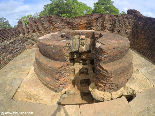 मूर्ति घर के नीचे यंत्रगल - अनुराधापुरा