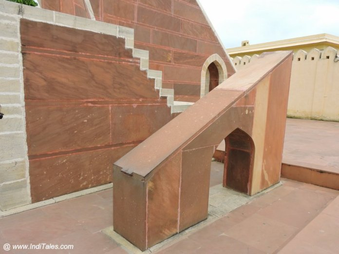 ध्रुवदर्शक पट्टिका - जंतर मंतर जयपुर