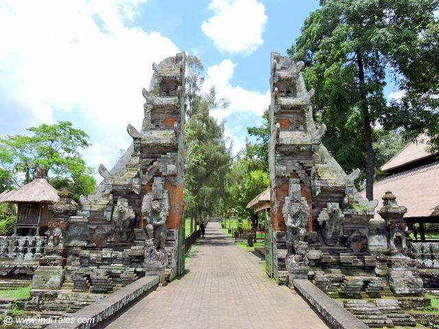 इंडोनेशिया के जल मंदिर - प्रवेश द्वार