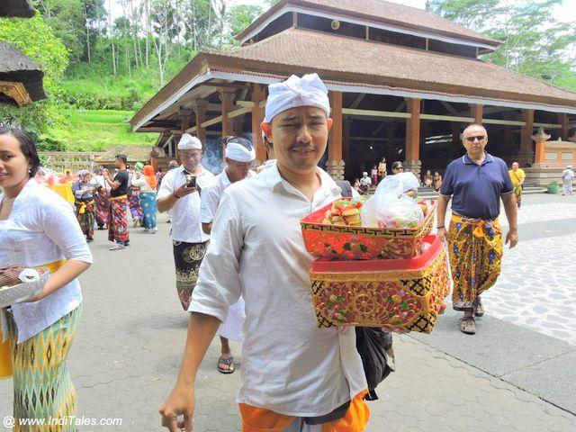 चढ़ावा ले जाते हुए श्रद्धालु - पुरा तीर्थ एम्पुल - बाली इंडोनेशिया