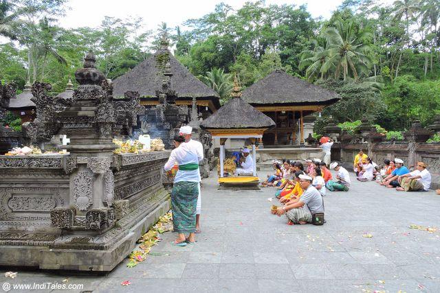 पुरा तीर्थ एम्पुल में श्रद्धालु - इंडोनेशिया के जल मंदिर