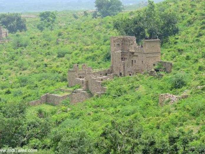 अरावली पहाड़ियों में भानगढ़ दुर्ग के खँडहर