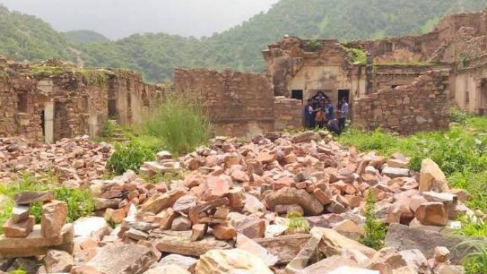 रत्नावती का मंदिर - खंडहरों से घिरा हुआ - भानगढ़