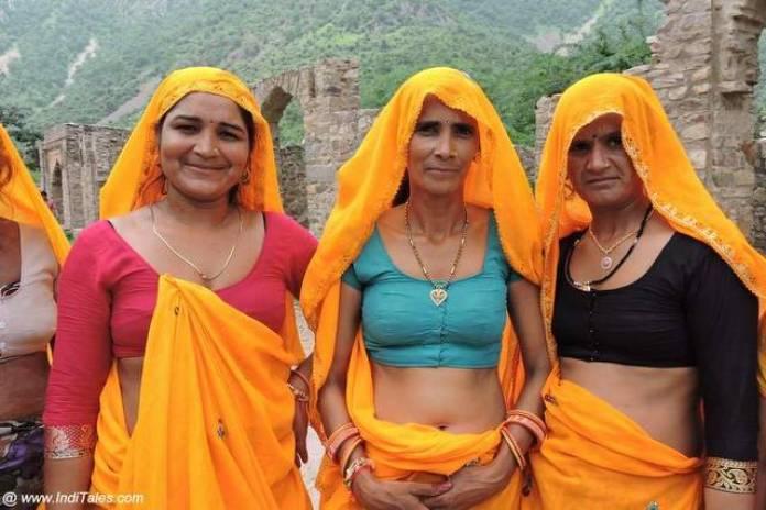 भानगढ़ में भ्रमण करती महिलाएं