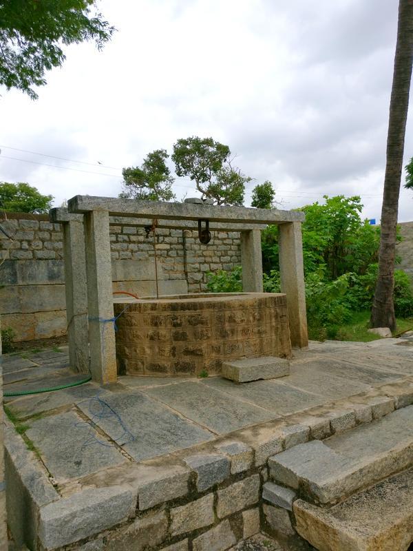 अवनी के मंदिर में स्थित कुआँ