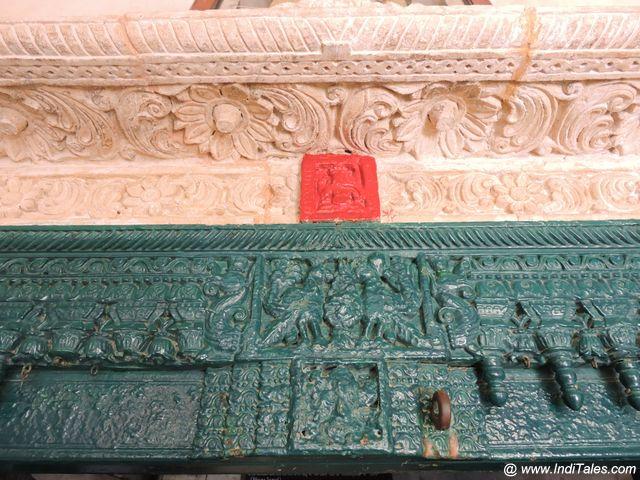 प्रवेश द्वार पर अंकित गणपति - कीर्ति मंदिर - पोरबंदर
