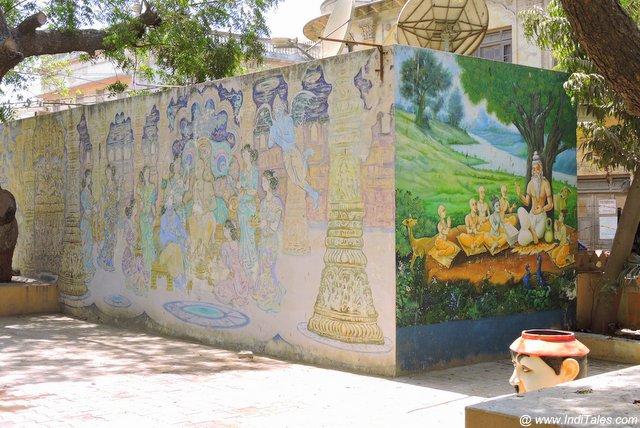सुदामा मंदिर की दीवारों पर सुदामा कृष्ण के मिलन का चित्रण