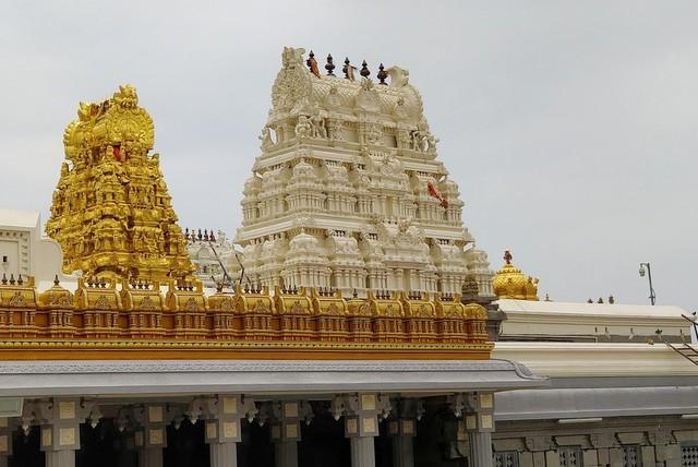 कामाक्षी अम्मा मंदिर के मनोरम गोपुरम