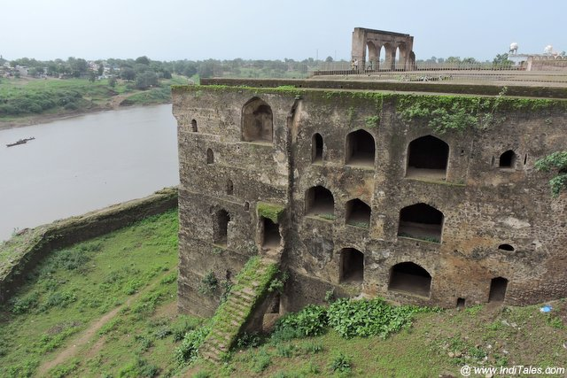 ताप्ती नदी के तट पर शाही किला