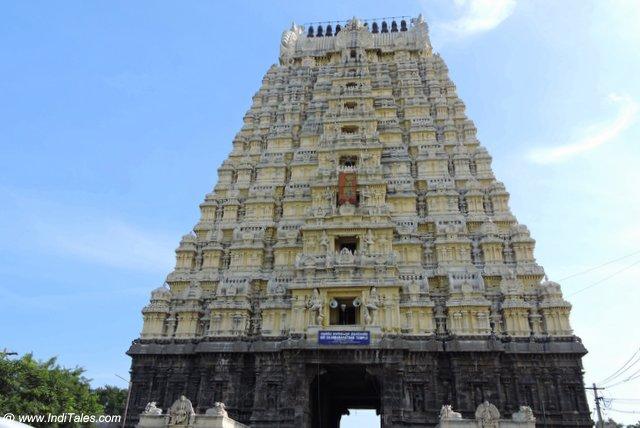 एकम्ब्रेश्वर मंदिर का ११ ताल का राज गोपुरम