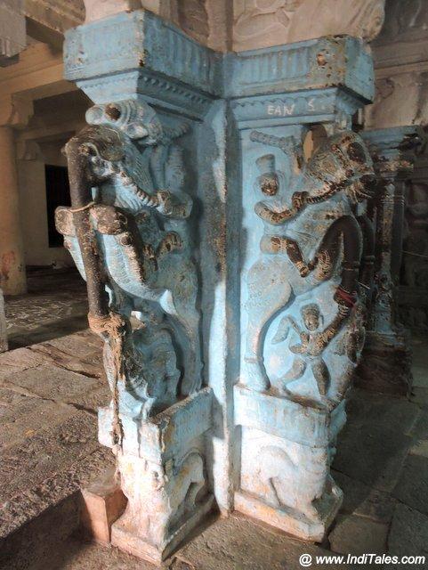 पेरुन्देवी थेयर मंदिर के उत्कीर्णित स्तम्भ