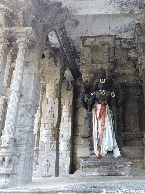 विशाल विष्णु मूर्ति - वरदराज पेरूमल मंदिर परिसर में