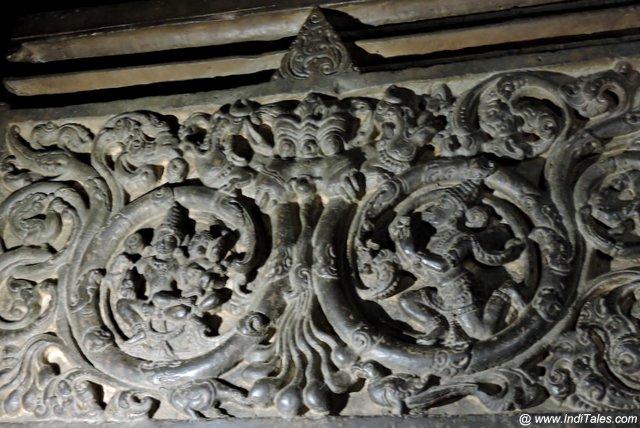 सभा मंडप के स्तम्भ पर उत्कृष्ट कीर्तिमुख