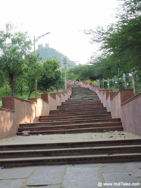 सावित्री देवी मंदिर को ले जाती सीढियां