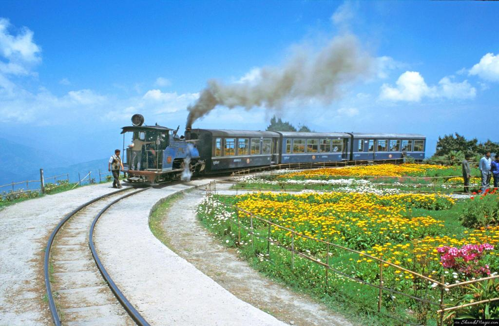 Toy-Train-On-Batasia-Loop