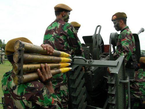 Tampak awak Bofors 40mm L/70 TNI AD sedang melakukan loading amunisi. Amunisi dimasukkan dengan sistem cartridge