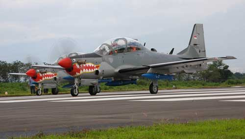EMB-314 Super Tucano TNI AU membawa tiga bom MK82.