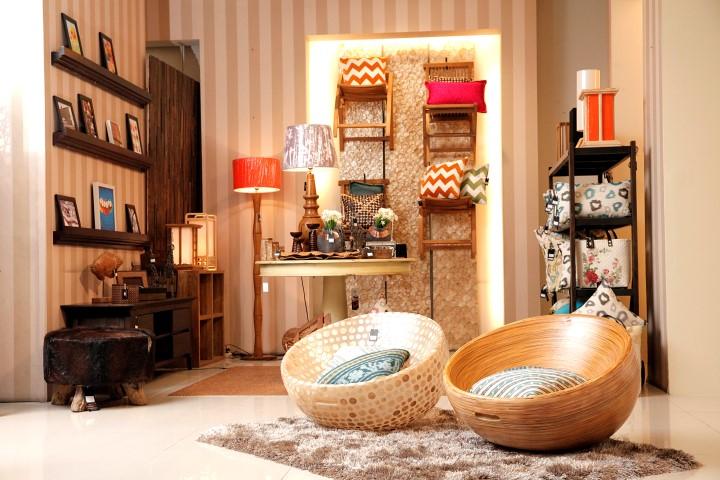 Arranging narrow room to look wider