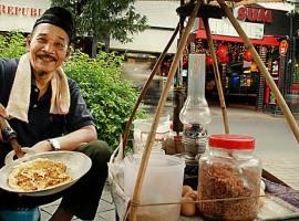 Kerak Telor Makanan Khas Betawi - jakarta kuliner - indonesia traveller id