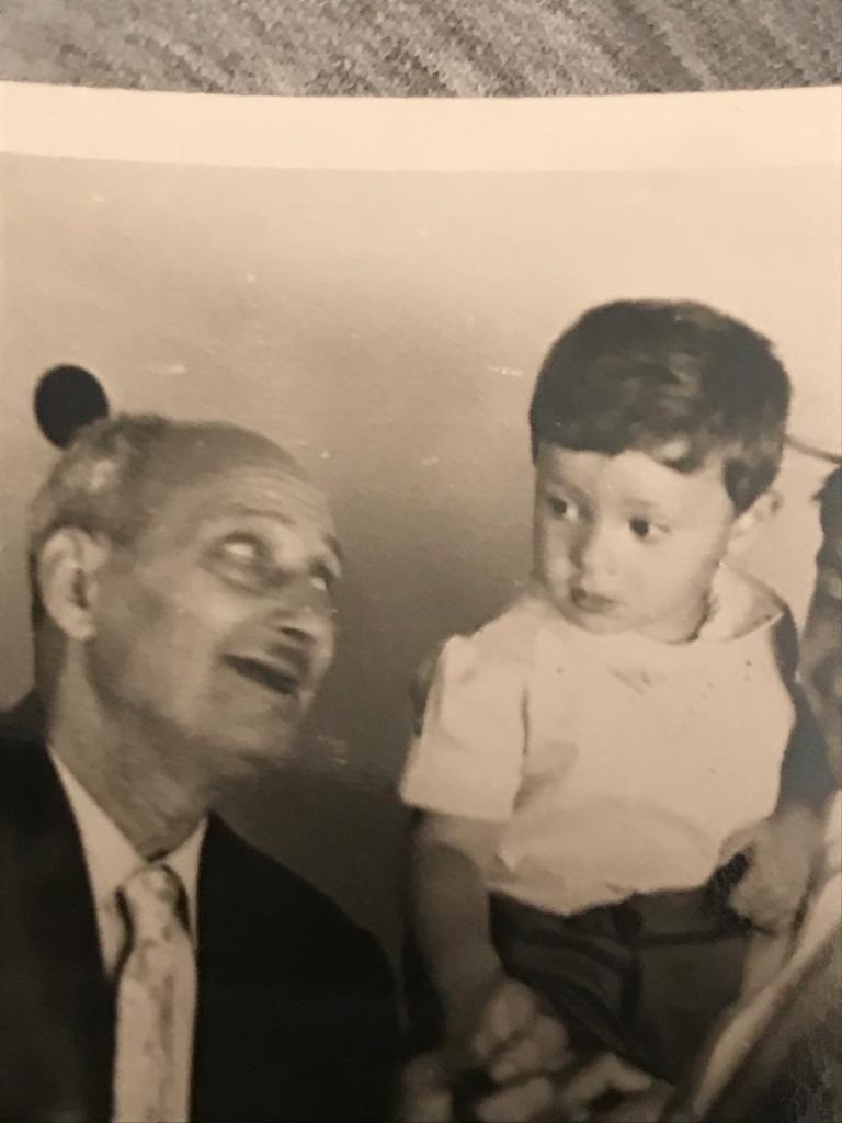 Moris Levi'nin isim babalığını yapan büyükbabası Mois Levi ile birlikte.jpg