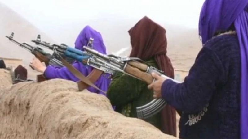 Cüzcam eyaletinde ailesini kaybeden ve Taliban'a karşı silahlanan kadınlar böyle görüntülenmişti (Voice of America).jpg