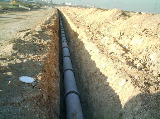 Obras de construcción canalización de hormigón para red de saneamiento