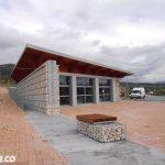 Visuale Frontale Entrata pronto Soccorso con Gabbioni per Architettura