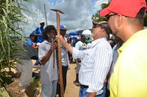 President Ramotar examines a tool used by Pork Knockers. [GINA Photo]