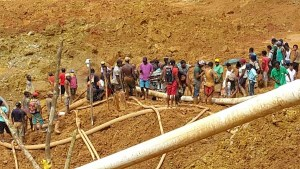 Persons at the site of the cave in at Mowasi Backdam [Kaieteur News Photo]