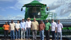 Min. Holder flanked by official and farmers in Brazil