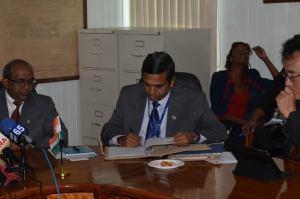 Resident Representative, Export Import (EXIM) Bank of India, T.D Sivakumar signing the agreement